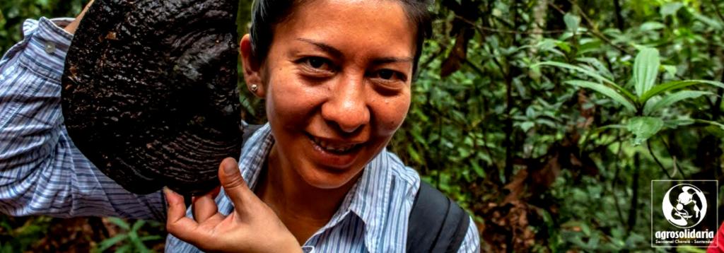 Mujer con semilla en la mano
